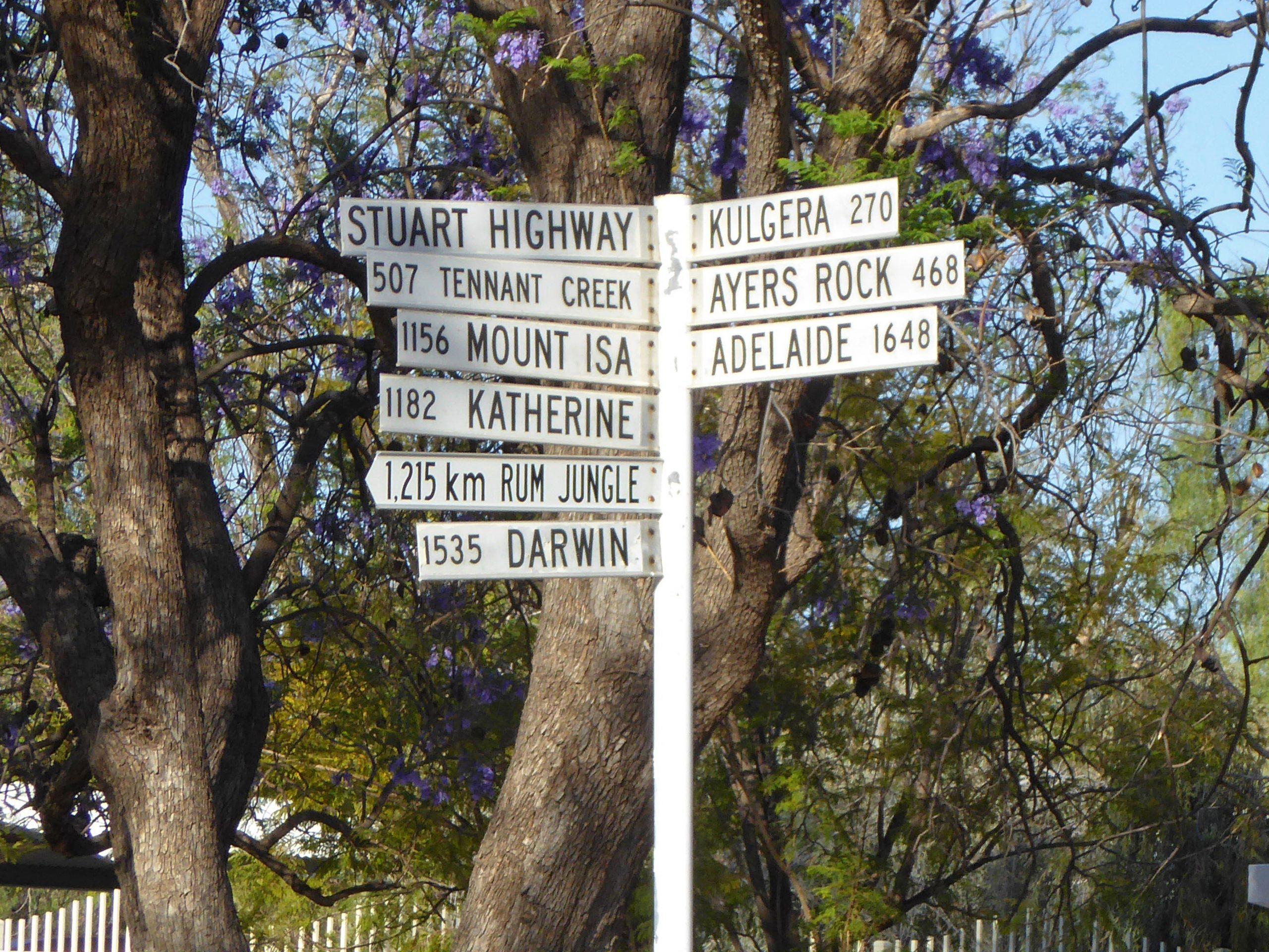 Radreise Australien 2016 - Wegweiser in Alice Springs