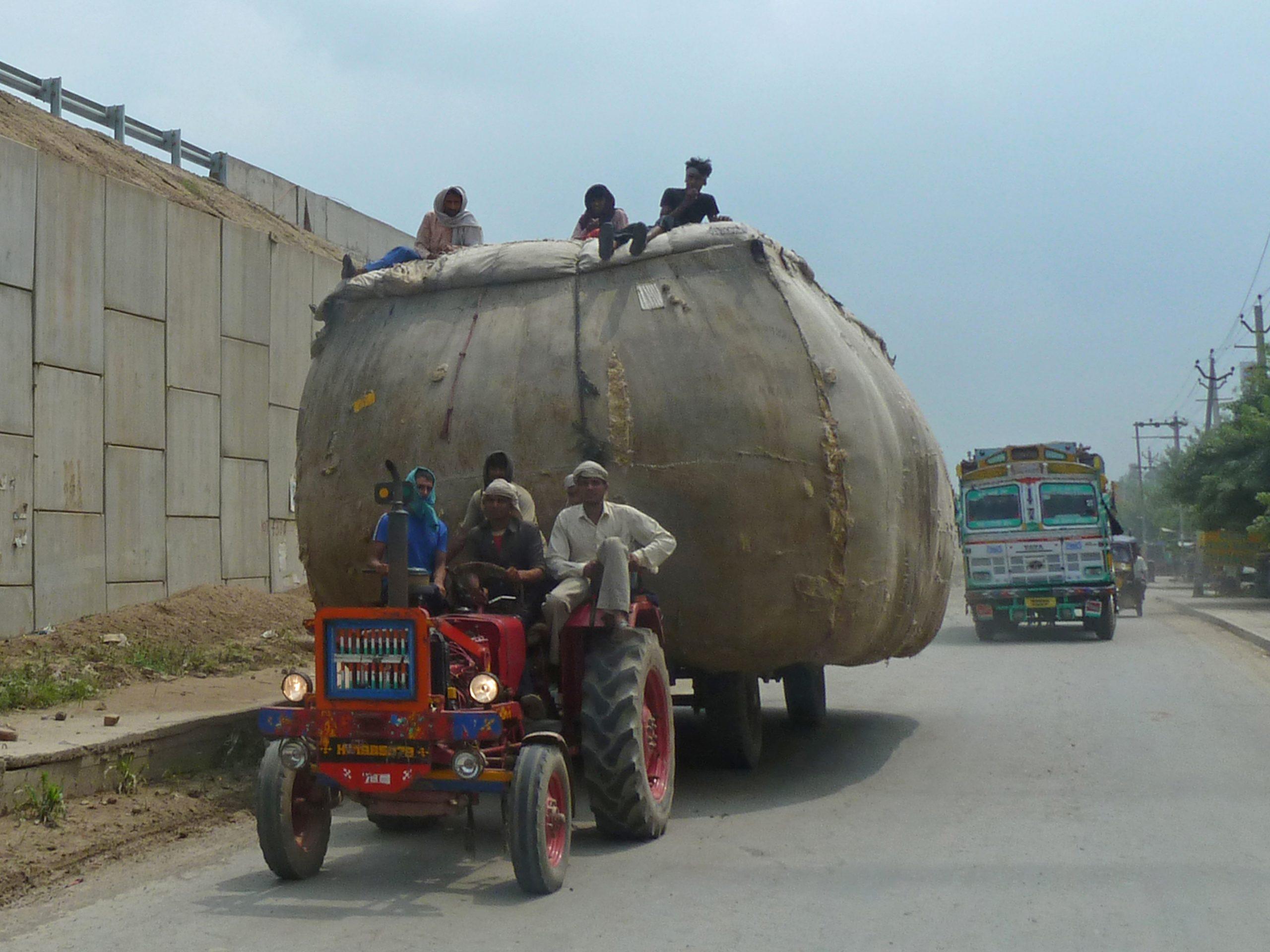 Radreise Ladakh 2012 - Traktor mit Baumwolle beladen