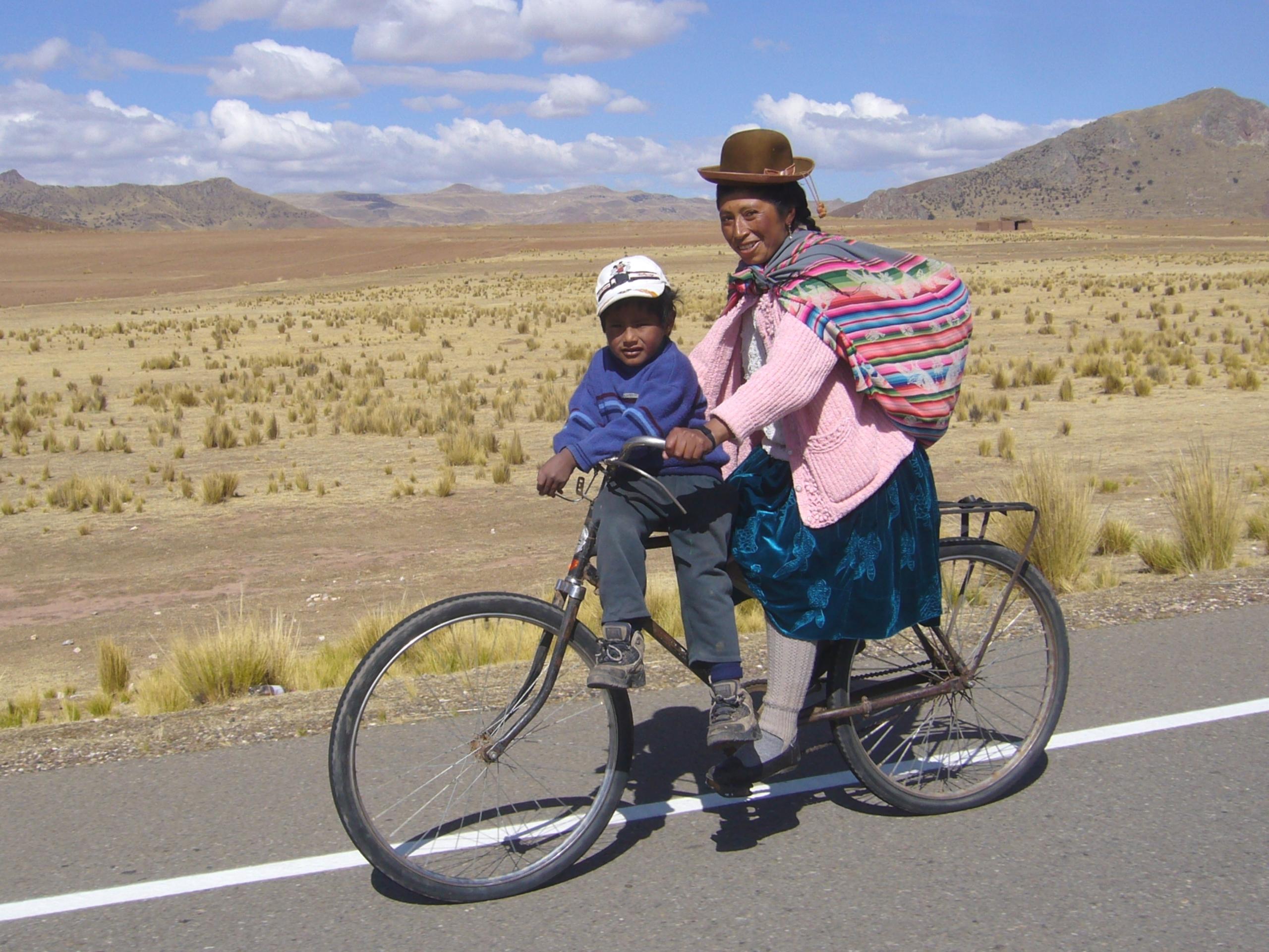 Radreise Peru 2008 - Altiplano - Mutter mit Kind auf dem Fahrrad