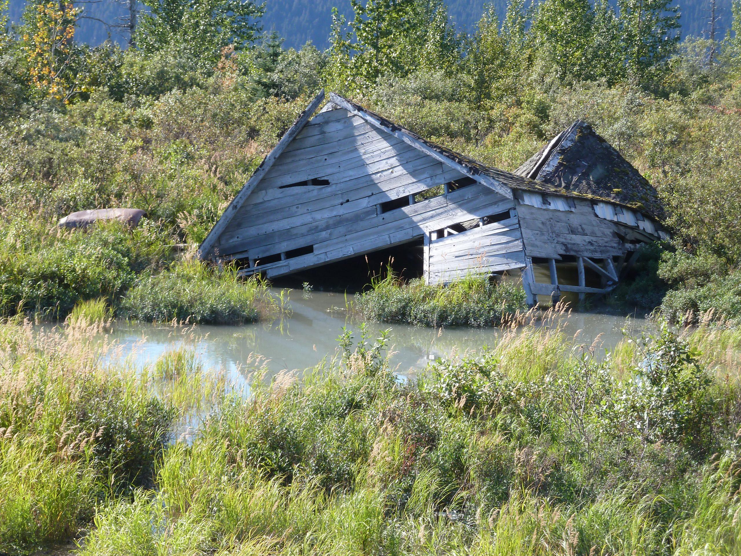 Radreise Alaska 2010 - Klimawandel - Eingesunkenes Auto und Haus