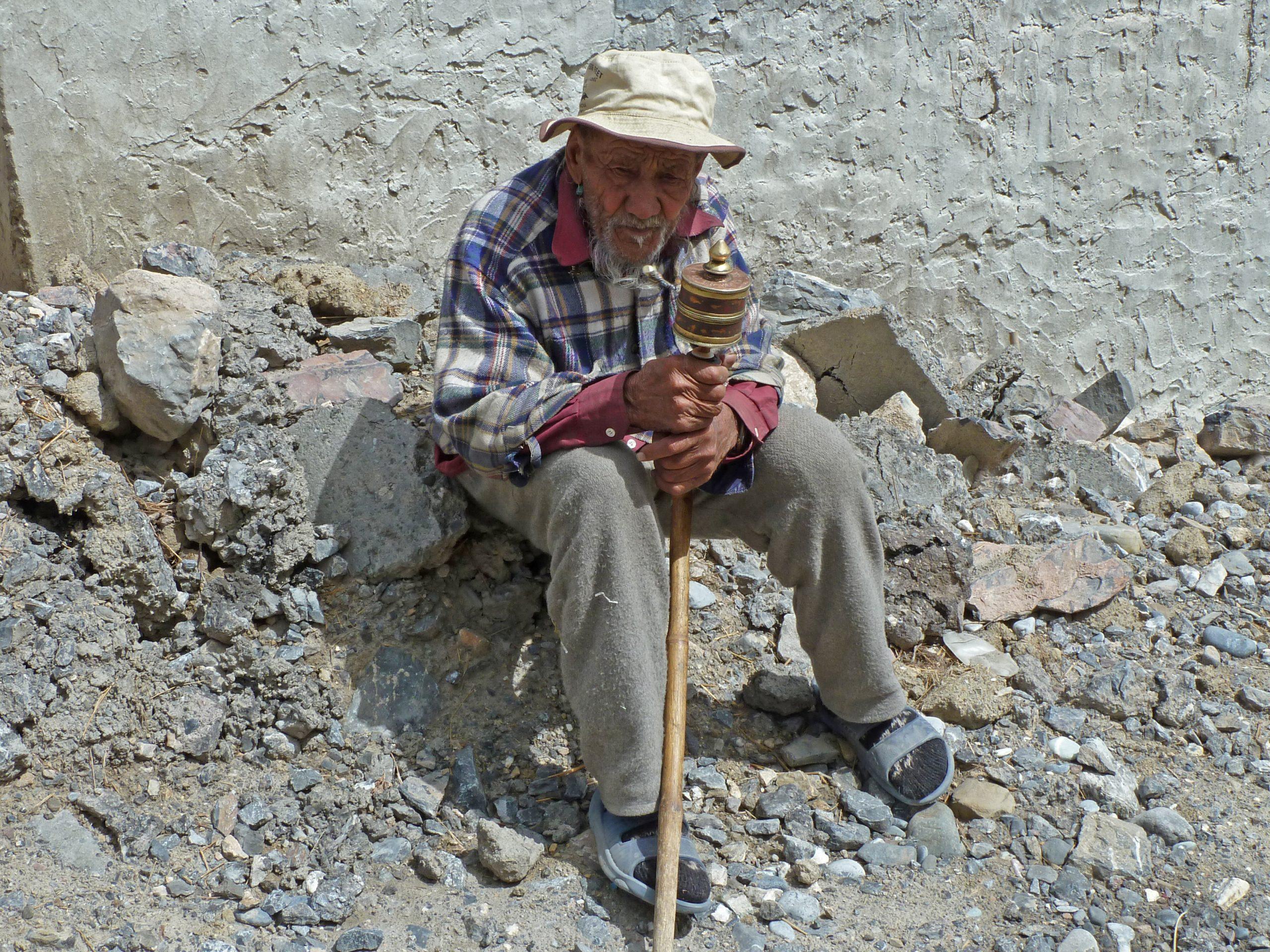 Radreise Ladakh 2012 - Alter Mann mit Gebetsmühle