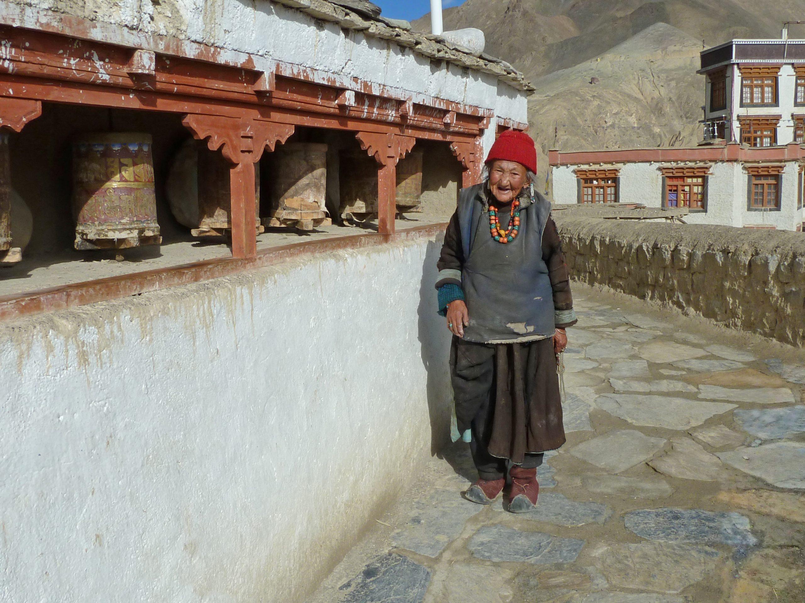 Radreise Ladakh 2012 - Kloster Lamayuru - Alte Frau bei den Gebetsmühlen