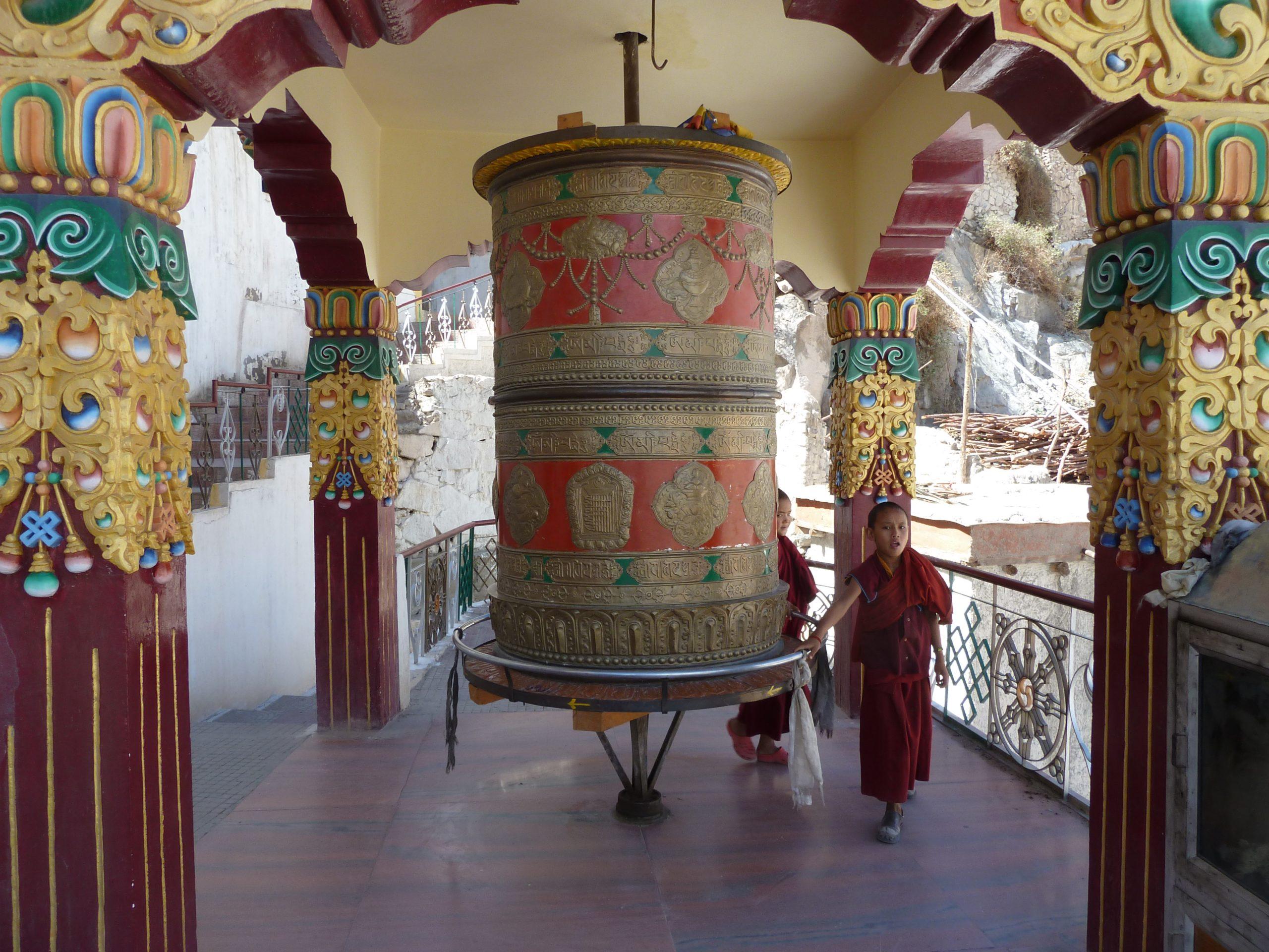 Radreise Ladakh 2012 - Novizen an der Gebetsmühle im Kloster Spituk